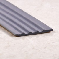 Резиновая самоклеющаяся противоскользящая полоса, 28 мм.